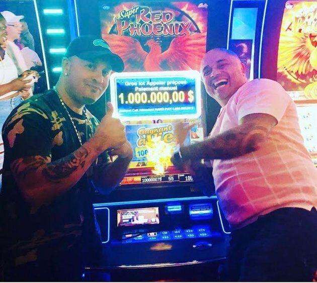 Les deux gagnants célébrant devant leur machine à
