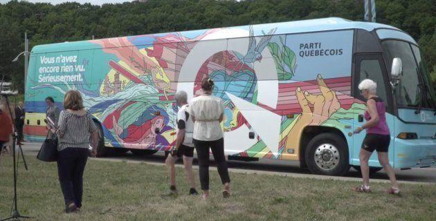 Jean-François Lisée et Véronique Hivon ont présenté les couleurs de leur autobus de campagne, mardi.