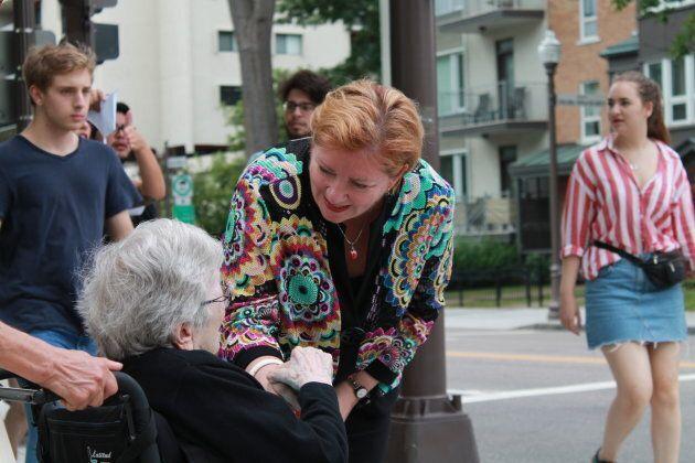 Diane Lavallée serrant des mains dans Taschereau, lors du passage du HuffPost Québec dans la