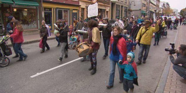 Des manifestants vêtus en superhéros défendent les