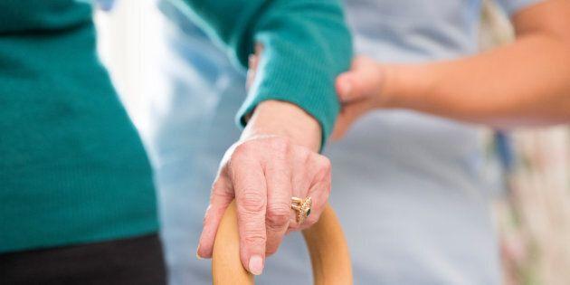 Les aides-soignants, qu'on appelle aussi aides-infirmiers/aides-infirmières, préposé(e)s aux bénéficiaires ou préposé(e)s aux soins, constituent la plus importante main-d'œuvre dans les résidences pour personnes âgées au Canada.