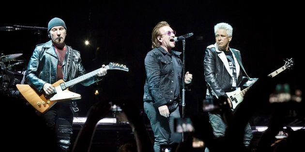 The Edge, Bono et Adam Clayton lors du concert du 31 août à Berlin. Le chanteur de U2 a subi une extinction...