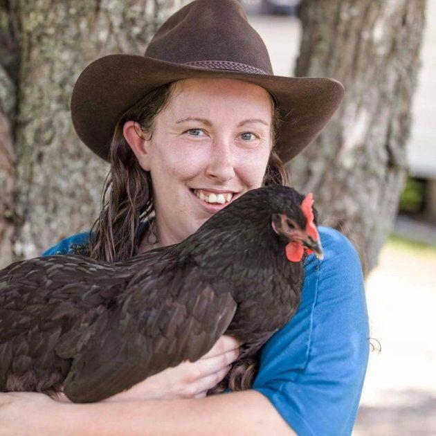 Kyrie Ann Neves avec un de ses poulets.