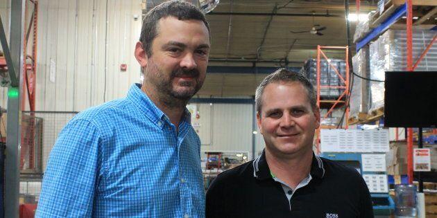 Romaric Drezet, un nouvel employé chez Soucy Rivalair (à gauche), en compagnie de Rémi Gauthier, directeur général de la succursale (à droite).