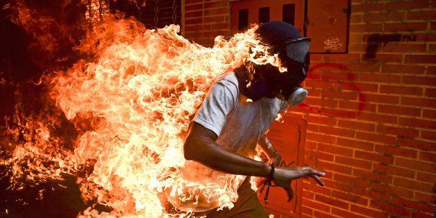 Le photographe Ronaldo Schemidt a immortalisé un moment emblématique des émeutes qui ont secoué le Venezuela...