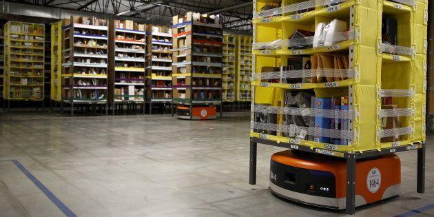 Des robots sont utilisés pour transporter de la marchandise dans les entrepôts d'Amazon, comme ici à...