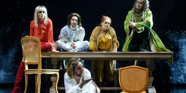 Voltaire devient un personnage de la pièce, et tous ses gens, parmi lesquels son jeune valet qui se transforme...