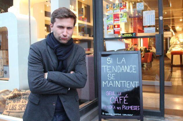 Gabriel Nadeau-Dubois fait le fanfaron devant une affiche qui ne fait pas son affaire.