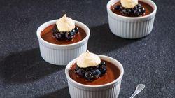 Crème onctueuse au chocolat noir, bleuets, meringues au