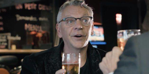 Marc Labrèche endosse Jean-Martin Aussant en prenant une bière avec le