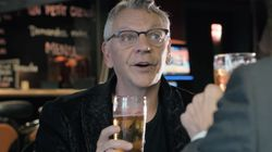 Marc Labrèche prend une bière avec Jean-Martin