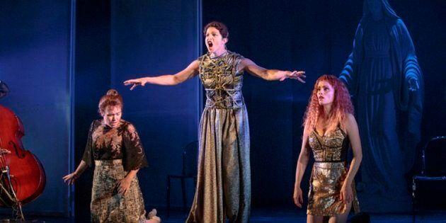 La scène d'ouverture est saisissante: la Vierge, la Mère et la Putain, dans des costumes qui les «encarcanent»...