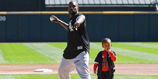 Kanye West et son fils Saint lors d'un lancer protocolaire avant le match opposant les White Sox de Chicago...