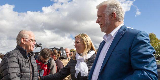 Philippe Couillard en compagnie de la candidate et ex-ministre Dominique Vien au Domaine Bel-Chas.