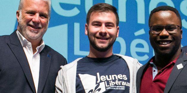 Jonathan Lapointe lors de la remise d'un prix en compagnie du premier ministre Philippe Couillard, en