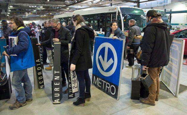 Les affiches du métro et les noms de stations étaient