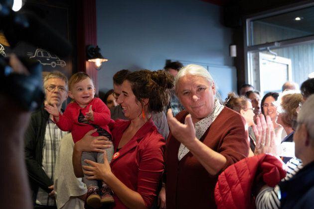 Émilise Lessard-Therrien avec Solène dans les bras, aux côtés de la co-porte-parole de QS, Manon Massé,...