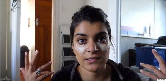 Cette YouTubeuse soutient qu'on peut se débarrasser des cernes avec du bicarbonate de