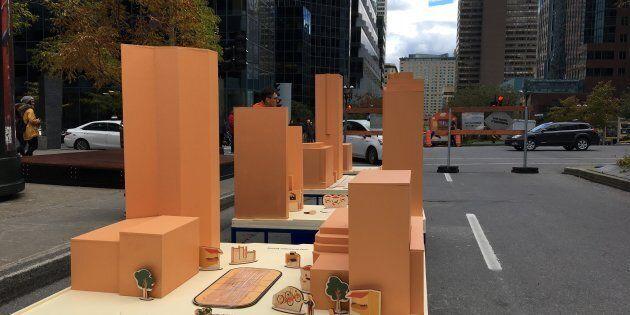 Les passants peuvent placer divers objets sur une maquette de l'avenue McGill College. La Ville prendra note de leurs suggestions.