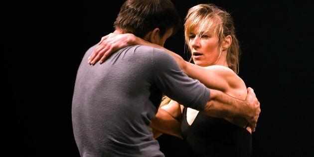 Les deux excellents danseurs et chorégraphes, que sont Esther Rousseau-Morin et Sylvain Lafortune, proposent une performance de plus d'une heure dans laquelle ils évoluent en tournant sans cesse dans un espace circulaire.