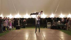 Regardez la folle première danse surprise de ce couple