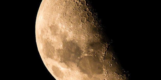 Une plaque souvenir du premier voyage sur la Lune vendue 468 500