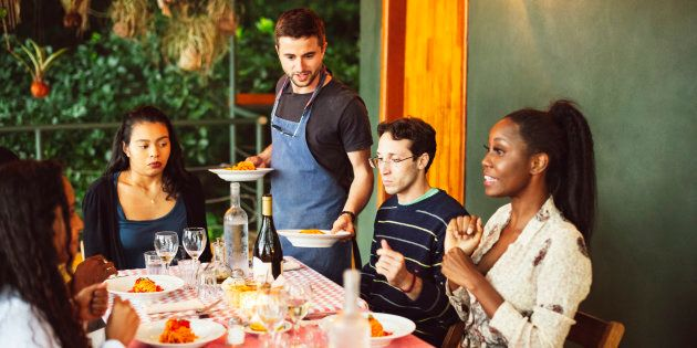 Entre l'adoption et septembre 2018, on a observé une hausse de 5,6% du prix des repas au restaurant,...
