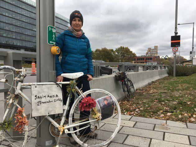 Hélène Lefranc, cofondatrice de l'organisme Vélo Fantôme, près d'un vélo blanc installé à la mémoire de Salim Aoudia.