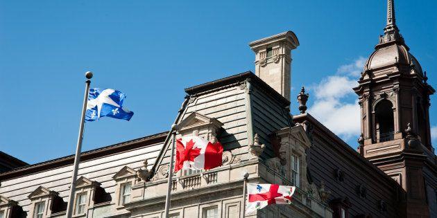 En vertu de la loi, le drapeau du Québec devrait occuper la place centrale sur les édifices