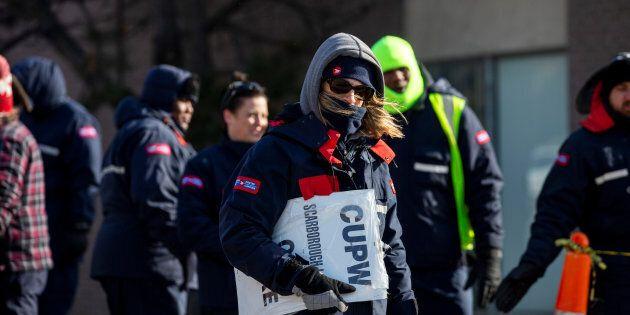 Des employés de Postes Canada ont manifesté devant un centre de tri à Toronto,
