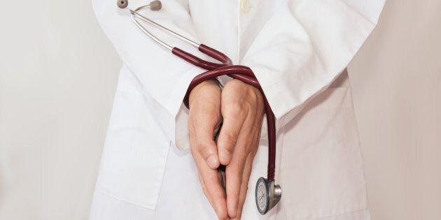 La santé publique ne peut pas accomplir son rôle d'une importance vitale avec une main attachée derrière...