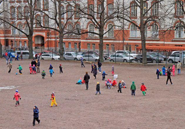 Des enfants jouent dans une cour d'école dehors à Helsinki, en
