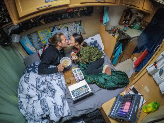 Drew et Brittany, bien au chaud et confortablement installés pour affronter leur premier hiver anglais, en février 2016.