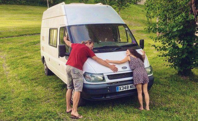 Drew et Brittany enlacent la camionnette qu'ils ont utilisée pour leur voyage de noces en Europe, en Allemagne, en juin 2017.
