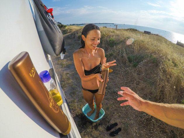 Drew aide Brittany à prendre sa douche solaire au bord de la mer, à Quiberon, en juin dernier.