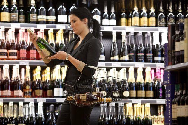 Cliente choisit des vins effervescents