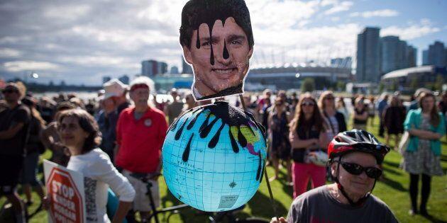 Une manifestation contre le rachat du pipeline Trans Mountain par