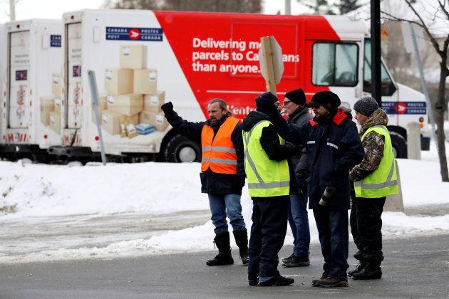 Des employés de Postes Canada seront en grève jusqu'à midi, heure limite pour retourner au