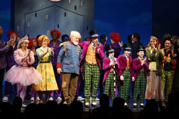Christian Borle, au centre, tenait le rôle vedette sur Broadway de «Charlie et la chocolaterie» en