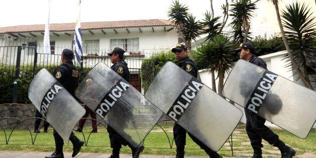 Les policiers montent la garde devant la résidence de l'ambassadeur d'Uruguay au Pérou, à Lima, où l'ancien...