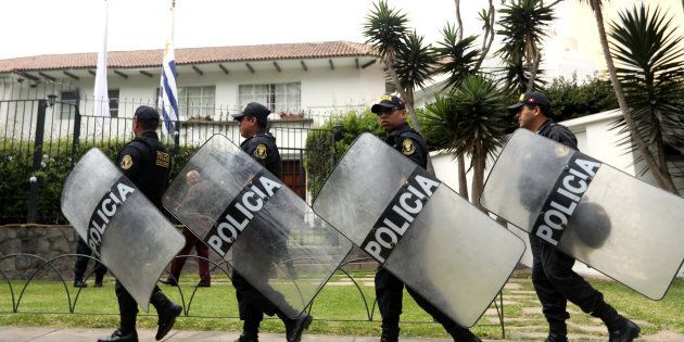 Les policiers montent la garde devant la résidence de l'ambassadeur d'Uruguay au Pérou, à Lima, où l'ancien président Alan Garcia a demandé l'asile, selon le gouvernement péruvien.