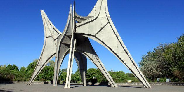 La sculpture «Trois disques», également connue sous le titreL'Homme, de Alexander Calder et située dans...