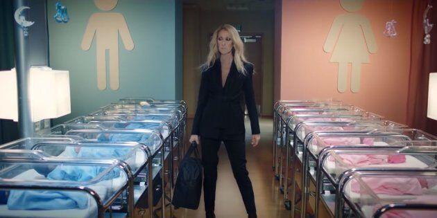 Dans ce clip promotionnel de sa marque, Céline Dion doit changer les vêtements de couleur bleue pour...