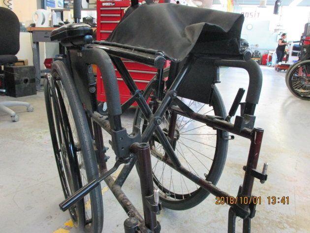 Le fauteuil roulant de Miloud Mecheri ne s'ouvrait pas complètement à la suite de dommages subis pendant...