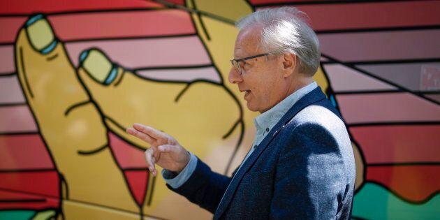 L'ancien chef du PQ, Jean-François Lisée, pointe du doigt une destination inconnue aux côtés de l'autobus psychédélique de son parti pendant la campagne électorale.