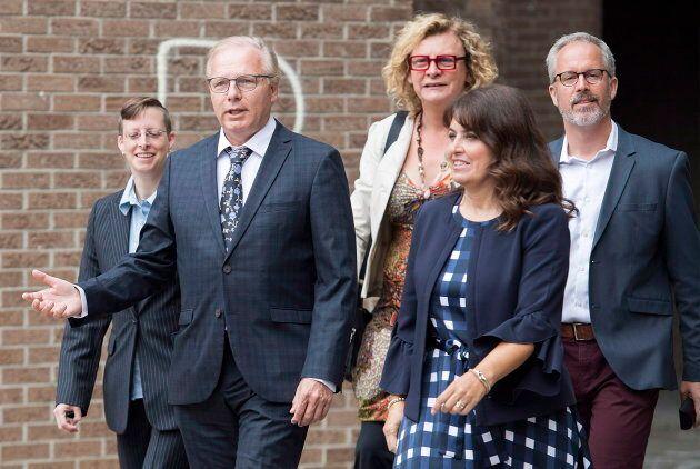 L'ancien chef Jean-François Lisée et la vice-chef Véronique Hivon entourés de candidats de la région de Montréal: Jen Drouin (gauche), Michelle Blanc (centre), Frédéric Lapointe (droite).