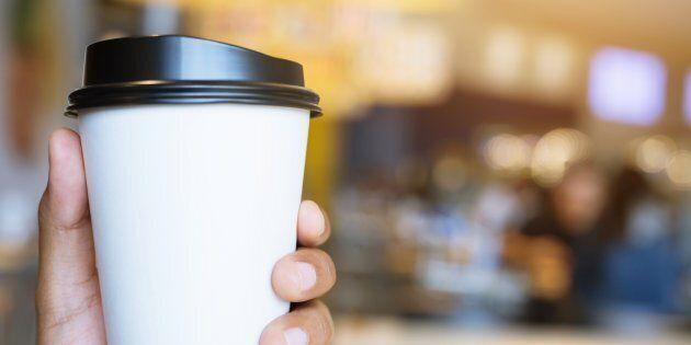 L'intérieur des gobelets de carton utilisés pour les boissons chaudes est revêtu de polyéthylène (plastique)....