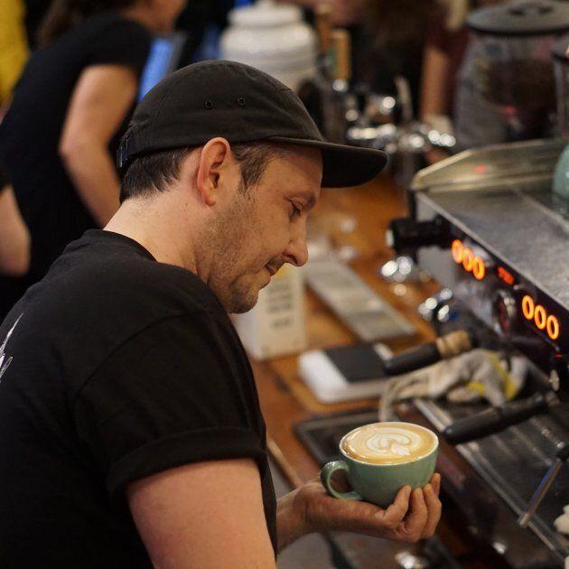 Samuel Perreault espère qu'une «taxe» de 0,25$ encouragera les Montréalais à apporter leur propre tasse ou à consommer leur boisson sur place plutôt que d'utiliser un gobelet jetable.