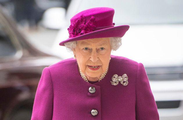 Comme le Canada est une monarchie constitutionnelle, la reine Élisabeth II est officiellement le chef de l'État.