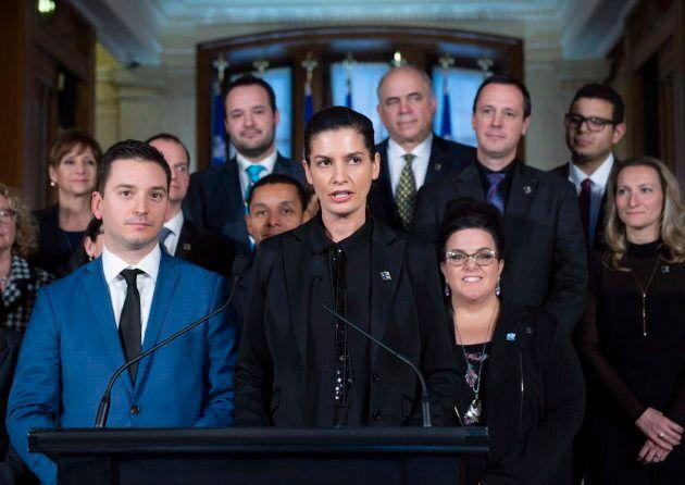 La vice-première ministre Geneviève Guilbault entourée de plusieurs ministres et membres du gouvernement